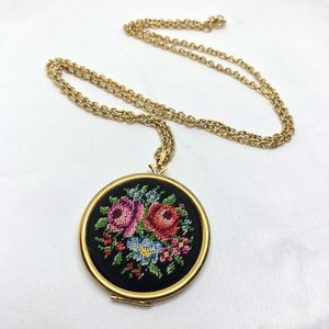 🆕Vintage Avon 1977 Gold Embroidery Floral Locket